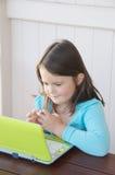 Criança com portátil Imagem de Stock