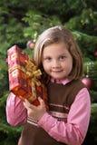 Criança com presente de Natal foto de stock