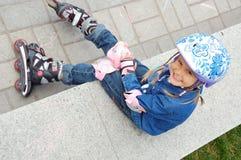 Criança com rollerskates e o capacete protetor Imagem de Stock Royalty Free