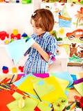A criança com scissor na escola. fotografia de stock royalty free