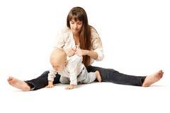 Criança com sua mãe Mamã com o bebê em seus braços Abraço da família Bebê Fotos de Stock Royalty Free