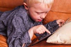Criança com tabuleta de Digitas fotografia de stock