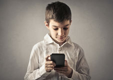 Criança com telefone imagens de stock