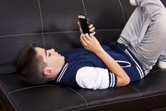 Criança com telefone celular Imagens de Stock
