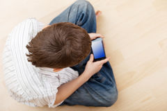 Criança com telefone esperto imagens de stock royalty free