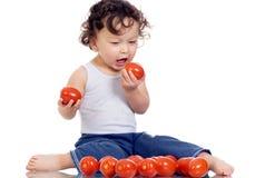 Criança com tomate. Fotos de Stock Royalty Free