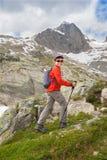 Criança com trouxa e varas nas montanhas Imagens de Stock Royalty Free