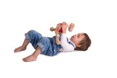 A criança com um brinquedo grita Fotos de Stock Royalty Free
