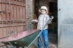 Criança com um carrinho de mão Foto de Stock Royalty Free