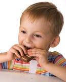 A criança com um chocolate Fotos de Stock Royalty Free