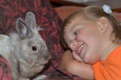 Criança com um coelho Foto de Stock
