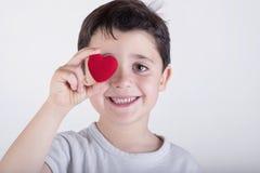 Criança com um coração Fotografia de Stock