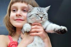 Criança com um gato Foto de Stock Royalty Free