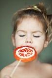 Criança com um lollipop Fotos de Stock