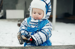 Criança com um martelo Imagens de Stock Royalty Free