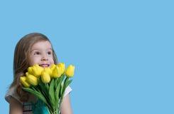 Criança com um ramalhete das tulipas Conceito da mola Imagens de Stock Royalty Free