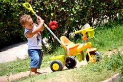 Criança com um triciclo Imagens de Stock