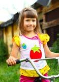 A criança com uma bicicleta imagem de stock royalty free