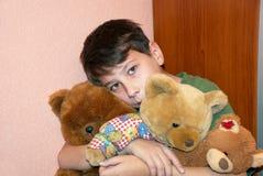 Criança com ursos de peluche imagens de stock royalty free