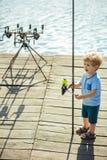 Criança com a vara de pesca no cais de madeira imagem de stock royalty free