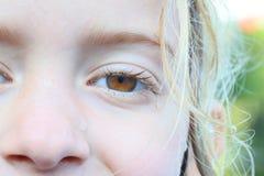 Criança com waterdrops na cara molhada imagem de stock