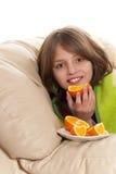 A criança come o fruto Imagens de Stock Royalty Free