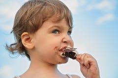 A criança come o gelado Foto de Stock Royalty Free