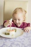 A criança come o sushi, rolos, imagens de stock