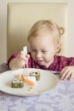 A criança come o sushi, rolos, foto de stock royalty free