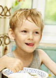 A criança come um papa de aveia Imagens de Stock