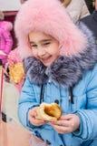 A criança come uma panqueca foto de stock royalty free