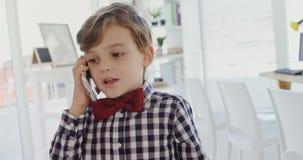 Criança como o executivo empresarial que fala no telefone celular 4k filme