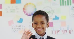 Criança como o executivo empresarial que gesticula no escritório 4k vídeos de arquivo