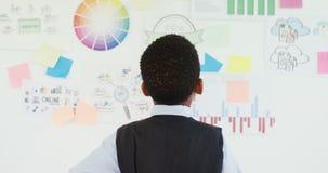 Criança como o executivo empresarial que olha o whiteboard 4k filme