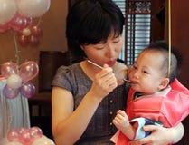 Criança coreana com sua matriz Fotos de Stock Royalty Free