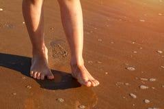 A criança corre na ressaca na praia na água imagens de stock royalty free