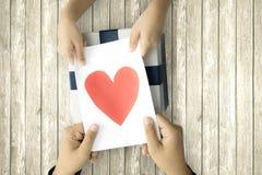 A criança dá a letra e a caixa de presente fotografia de stock royalty free