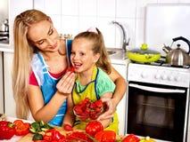 Criança da alimentação da mãe na cozinha Imagens de Stock Royalty Free