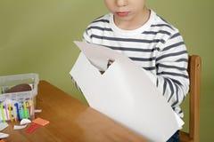 A criança da atividade das artes e dos ofícios das crianças que aprende cortar com Scissor Imagem de Stock Royalty Free