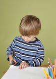 A criança da atividade das artes e dos ofícios das crianças que aprende cortar com Scissor Imagens de Stock