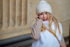 Criança da cidade que fala no móbil Fotos de Stock