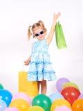Criança da compra Sacos de compra da terra arrendada da menina Fotos de Stock Royalty Free
