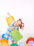 Criança da compra Sacos de compra da terra arrendada da menina Fotografia de Stock Royalty Free