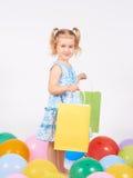 Criança da compra Sacos de compra da terra arrendada da menina Imagem de Stock