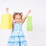 Criança da compra Sacos de compra da terra arrendada da menina Imagens de Stock