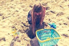 Criança da criança da menina com o brinquedo que tem o divertimento na praia Fotos de Stock Royalty Free