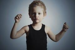 Criança da dança Rapaz pequeno engraçado Tentativa considerável do menino a dançar Fundo para um cartão do convite ou umas felici Imagem de Stock Royalty Free