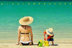Criança da criança de dois anos que joga com a mãe na praia Fotos de Stock