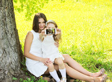 Criança da mãe e da filha que toma o retrato do selfie no smartphone imagens de stock