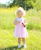 Criança da menina com bolhas de sabão no verão ensolarado Imagens de Stock Royalty Free